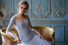Jeune femme blonde de jeune mariée dans une robe de mariage bleu-clair photo stock