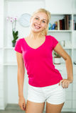 Jeune femme blonde de sourire à l'intérieur Photographie stock libre de droits