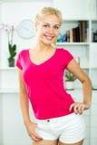 Jeune femme blonde de sourire à l'intérieur Photos libres de droits