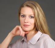 Jeune femme blonde de sourire Photo stock