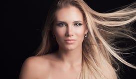 Jeune femme blonde de yeux verts avec les cheveux sains de long straith dedans Image stock