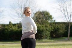 Jeune femme blonde en parc Photographie stock