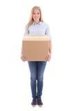 Jeune femme blonde jugeant la boîte en carton d'isolement sur le blanc Photos stock