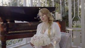 Jeune femme blonde mignonne dans la lingerie reposant et posant le steadicam clips vidéos