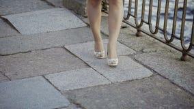 Jeune femme blonde mignonne marchant dans la rue banque de vidéos