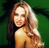 Jeune femme blonde mignonne sur le sourire vert de fond de paume heureux, Images stock