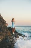 Jeune femme blonde regardant l'horizon et souriant, Alanya, Turquie photographie stock libre de droits