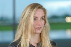 Jeune femme blonde regardant loin photo stock