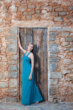 Jeune femme blonde romantique sur le dos de mur en pierre Photo stock