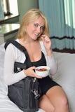 Jeune femme blonde sexy d'affaires dans la chambre à coucher Images stock