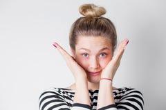 Jeune femme blonde souriant et jouant le coup d'oeil Wow c'est une grande surprise pour l'anniversaire, vacances Émotions positiv photos stock