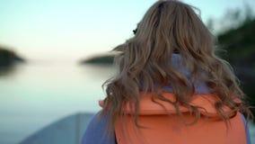 Jeune femme blonde sur un bateau banque de vidéos