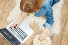 Jeune femme blonde travaillant de la maison Photos libres de droits