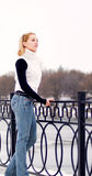 Jeune femme blonde vêtue dans le pull blanc Photo libre de droits