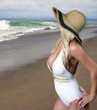 Jeune femme blonde vacationing à la plage Images stock