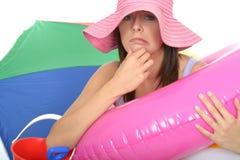 Jeune femme bouleversée inquiétée intéressée en vacances semblant malheureux Photo stock
