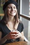 Jeune femme buvant de la bière blanche d'Inda Photos libres de droits