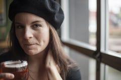 Jeune femme buvant de la bière blanche d'Inda Images libres de droits