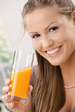 Jeune femme buvant du jus d'orange Image libre de droits