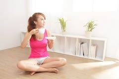 Jeune femme buvant du thé chaud Image stock