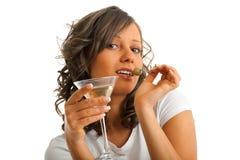 Jeune femme buvant martini Image libre de droits
