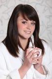 Jeune femme buvant une cuvette de chocolat chaud Photo libre de droits