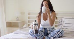 Jeune femme buvant une tasse de café frais banque de vidéos