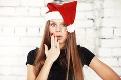 Jeune femme célébrant le réveillon de Noël avec les cadeaux actuels Photos stock