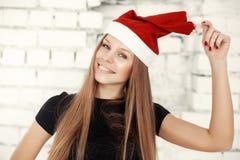 Jeune femme célébrant le réveillon de Noël avec les cadeaux actuels Photo libre de droits