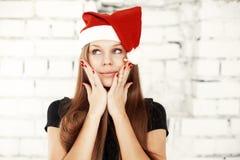 Jeune femme célébrant le réveillon de Noël avec les cadeaux actuels Photos libres de droits