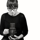 Jeune femme capturant la photo utilisant l'appareil-photo de vintage Photos libres de droits