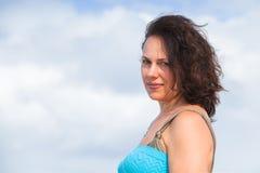 Jeune femme caucasienne adulte légèrement de sourire image stock