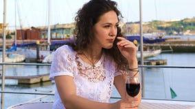 Jeune femme caucasienne buvant du vin rouge banque de vidéos