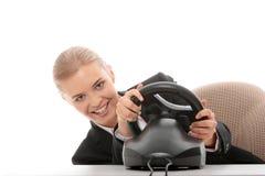 Jeune femme caucasienne d'affaires jouant sur l'ordinateur Photographie stock
