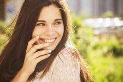 Jeune femme caucasienne de belle brune laughting montrant le perfe Images libres de droits