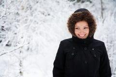Jeune femme caucasienne gaie par temps de Milou, l'espace de copie Images stock
