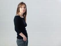 Jeune femme caucasienne posant dans le studio Photos stock