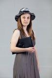 Jeune femme caucasienne posant dans le studio Photographie stock libre de droits