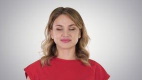 Jeune femme caucasienne sexy avec de beaux yeux bleus marchant sur le fond de gradient clips vidéos