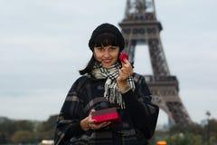 Jeune femme caucasienne tenant les macarons français Image libre de droits