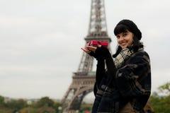 Jeune femme caucasienne tenant un boîte-cadeau avec le présent Images stock