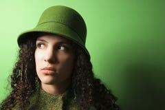 Jeune femme caucasienne utilisant le vêtement et le chapeau verts. images libres de droits