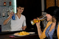 Jeune femme causant au barman photographie stock libre de droits