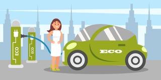 Jeune femme chargeant la voiture électrique à la station de charge, vecteur alternatif écologique de véhicule de transport illustration libre de droits