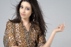 Jeune femme chez la robe animale d'impression photos stock