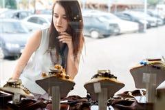 Jeune femme choisissant des bijoux dans la boutique photographie stock libre de droits
