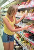 Jeune femme choisissant la viande Photographie stock