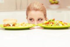 Jeune femme choisissant le déjeuner Image stock