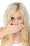 Jeune femme choquée naturelle attirante avec une bouche de remise semblant gênée Photo libre de droits