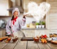 Jeune femme comme chef dans la cuisine, concept de preaparation de nourriture photographie stock libre de droits